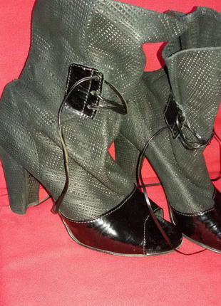 Кожаные ботильены на устойчивом высоком каблуке с открытым носком на шнурках