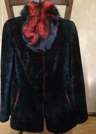 Шикарная мутоновая черно-красная шубка, песцовым воротником