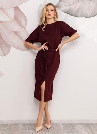 Красивое марсала классическое фактурное платье с разрезом