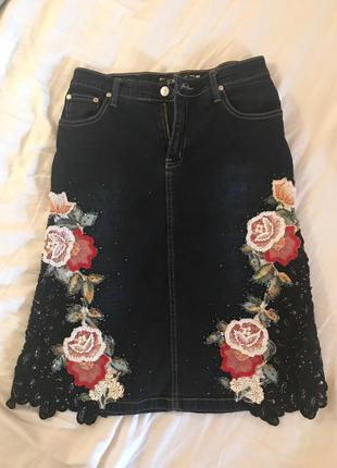 Джинсовая юбка, с ручной вышивкой
