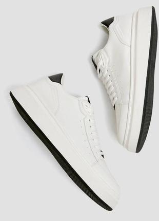 Белые кроссовки  pull&bear.