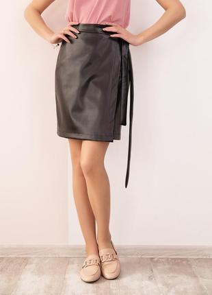 Черная кожаная юбка на запах