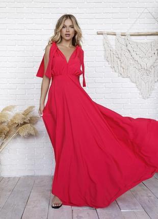 Малиновое длинное платье с глубоким декольте