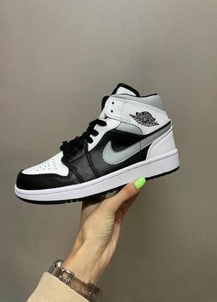 Женские стильные весенние кроссовки nike air jordan retro 1 mid «black/grey»