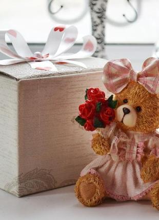 Статуэтка мишка с розами в коробке