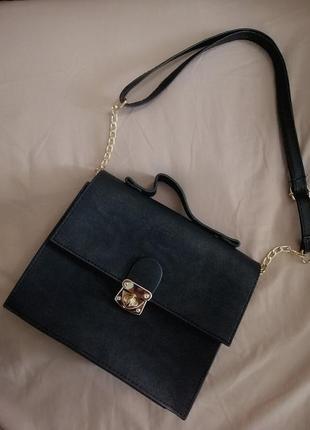 Базовая чёрная минималистичная сумка твёрдой формы