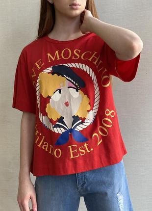 Футболка красная свободная не длинная марки moschino.