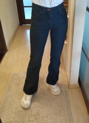 Хлопковые джинсы клеш wrangler.