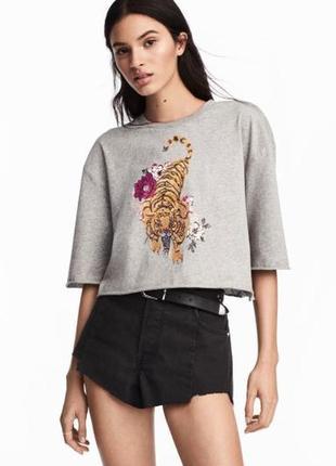 Укороченая футболка топ с принтом и вышивкой
