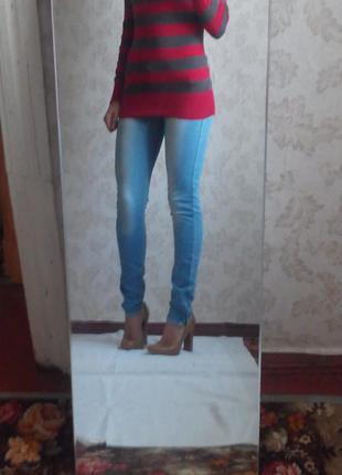 Зауженые светлоголубые джинсы, по бокам с замочком