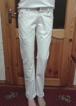 Белые трендовые джинсы с дырками и потертостями размер10