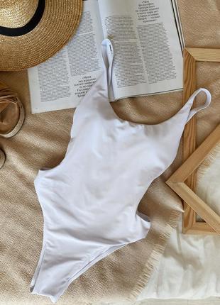 Купальник сдельный с разрезами по бокам белый