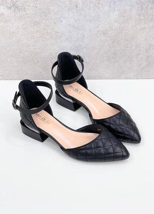 Женские босоножки на низком каблуке с закрытой пяткой