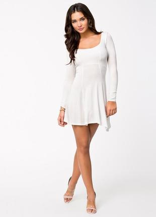 Белое трикотажное платье с рукавом