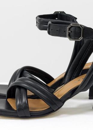 Новинка!кожаные стильные босоножки на модном каблуке 6 см