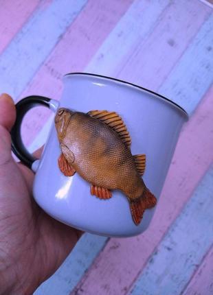 Рыба из полимерной глины на чашке
