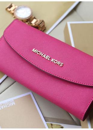 Яркий розовый вместительный кошелек