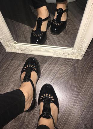 Лаковые туфли-босоножки