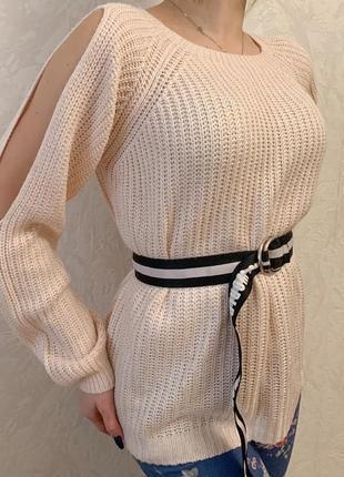 Удлинённый свитер с вырезами на плечах
