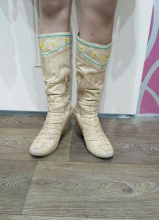 Фирменные  кожаные сапоги с модной вышивкой!
