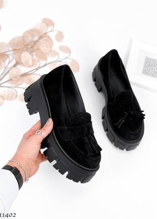 Крутые женские замшевые чёрные туфли лоферы на тракторной подошве