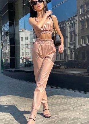 Стильный кожаный костюм топ и штаны джоггеры на манжетах эко-кожа
