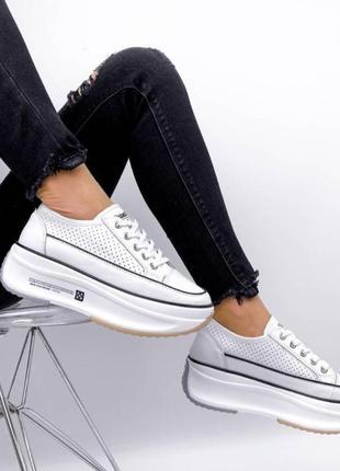Кроссовки из натуральной белой перфорированной кожи на платформе