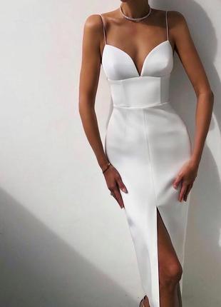 Элегантное вечернее платье с вырезом на ноге