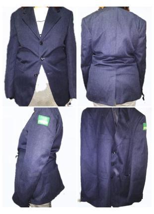 Пиджак форменный синего цвета.
