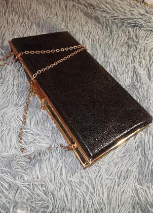 Чорний клатч-коробочка на золотому ланцюжку