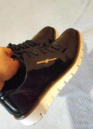 Темные кожаные туфли