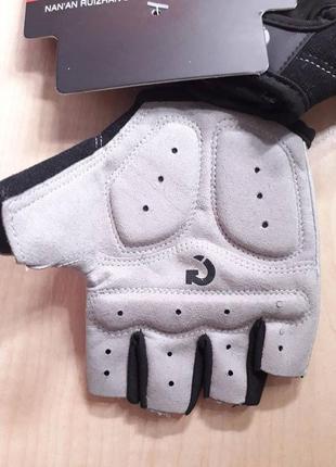 Спортивные перчатки.