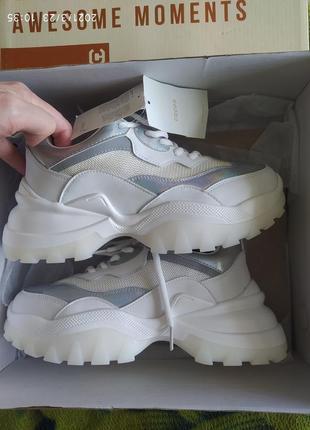 Новые крутые фирменные кроссовки