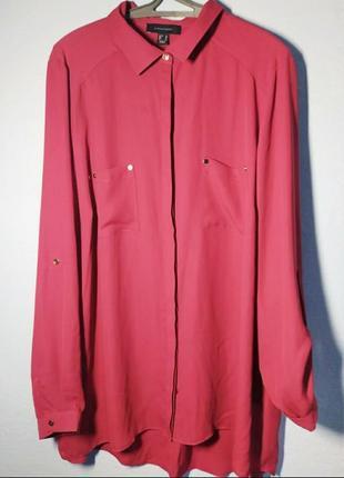 Красивая яркая удлиненная рубашка малинового цвета украшена золотыми кнопками