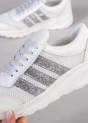Кожаные белые кроссовки с серебристыми вставками