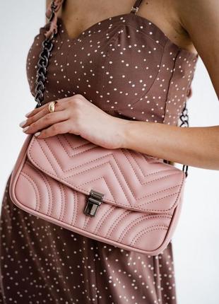 Женская сумка клатч с цепочкой кроссбоди через плечо стеганая пудра
