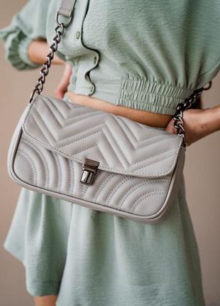 Женская сумка клатч с цепочкой стеганая серая кроссбоди через плечо