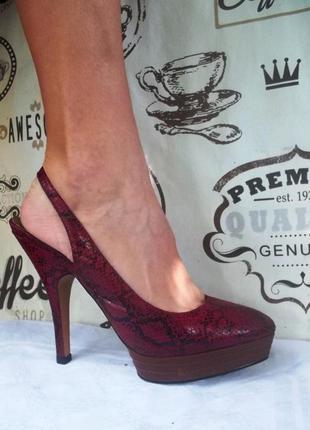 Замечательные лаковые змеиные туфли , 39 размер, в хорошем состоянии