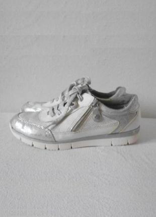 Стильные серебристые городские спортивные кроссовки