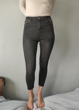 Темно-серые джинсы с высокой талией