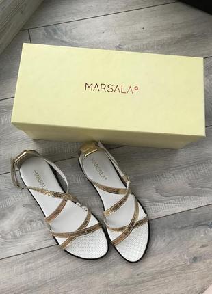 Золотистые плетёные босоножки marasala