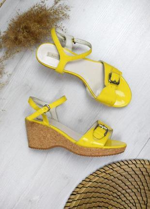 Босоножки на танкетке жёлтые корковая платформа кожаные
