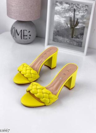 Плетеные жёлтые шлепки сабо на среднем каблуке