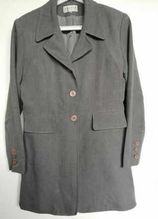 Пиджак длинный.
