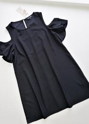 Черное свободное платье с открытыми плечами