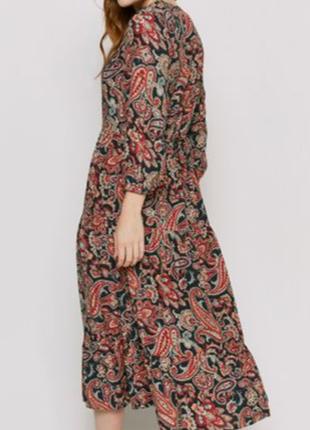 Длинное платье в принт свободного кроя.