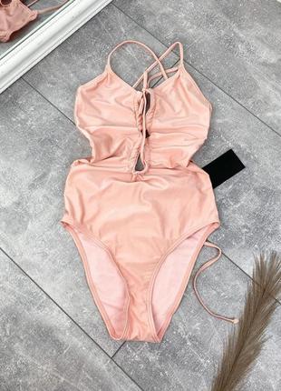 Пудровый/персиковый блестящий сдельный купальник с шнуровкой на груди
