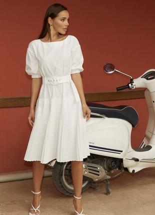Лаконичное белое платье с плиссированной юбкой