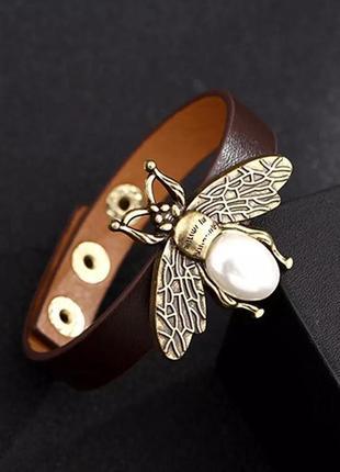 Женский кожаный браслет с пчелкой