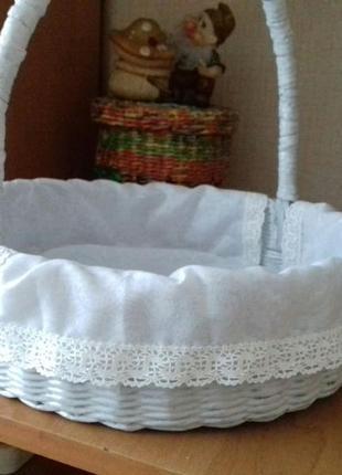 Корзинка, плетеная из бумажной лозы .